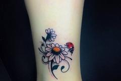 benay yılmaz, çiçek ve uğur böceği dövme çalışması